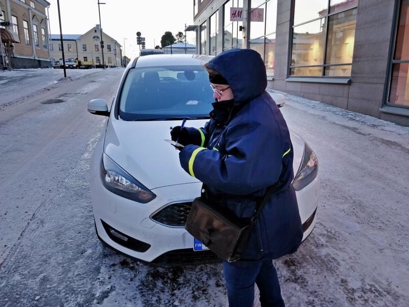 - Pysäköintiaika  on ylittynyt, joutuu pysäköinnintarkastaja Suvi Kullström toteamaan.