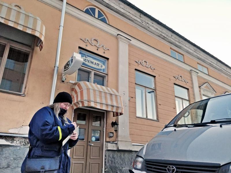 Pysäköinnintarkastaja Maarit Ylitalo  kirjoittaa neljänkympin pysäköintivirhemaksun autoon, joka on parkissa pysäköintikieltopaikalla Isollakadulla.