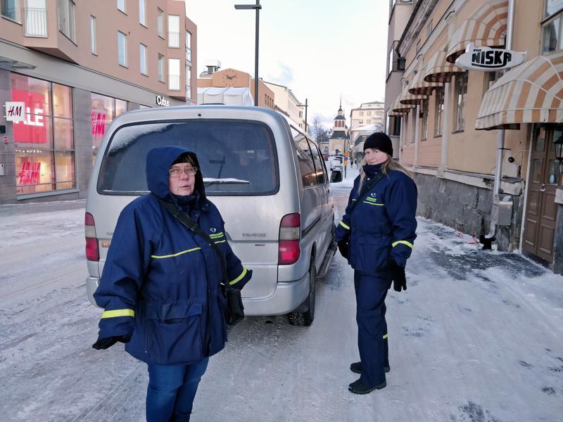 Pysäköinnintarkastajien työmaana on  koko kaupunki, mutta kiertämistä Suvi Kullströmillä ja Maarit Ylitalolla riittää erityisesti keskusta-alueella.