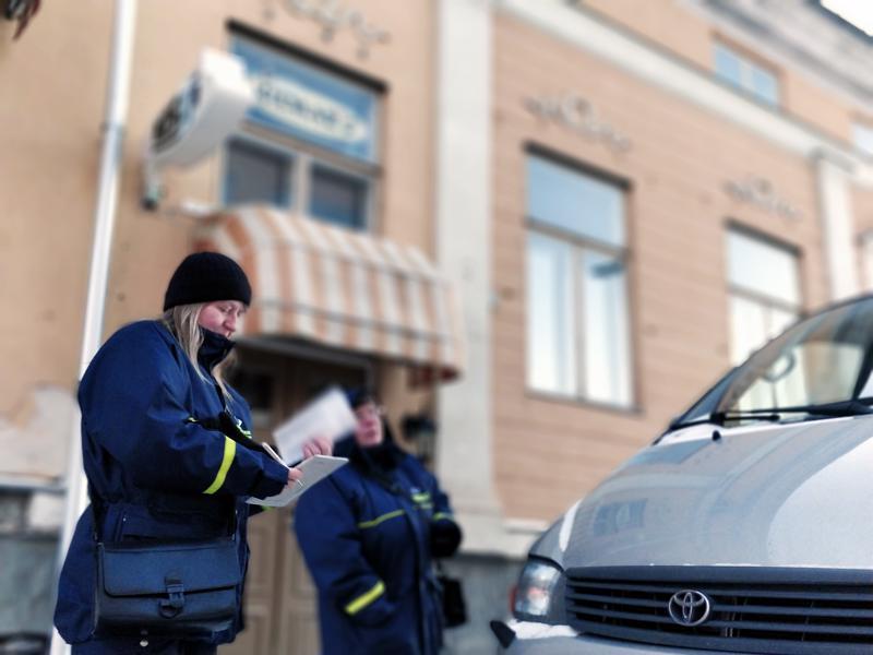 - Kiekkovirheet ja pysäköintiajan ylitykset, kuvaavat pysäköinnintarkastajat Maarit Ylitalo ja Suvi Kullström yleisimpiä syitä parkkisakkoihin.