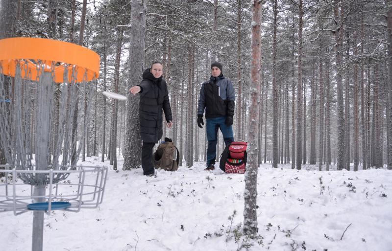 Heidi Kuikka ja Miro Joutsen kuuluvat talkooporukkaan, joka on rakentanut Laajalahden alueelle uuden 18 väylän frisbeegolf-radan.