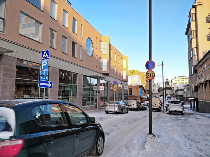 Pysäköintikieltomerkki yksisuuntaisella Isollakadulla torin ja kävelykadun välillä kadun oikealla puolella jää monilta huomaamatta.