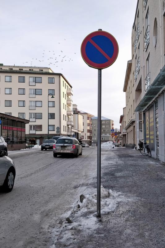 Ahtaalla katuosuudella Perämiehenkadulla Visasmäen päässä on pysäköinti kielletty.