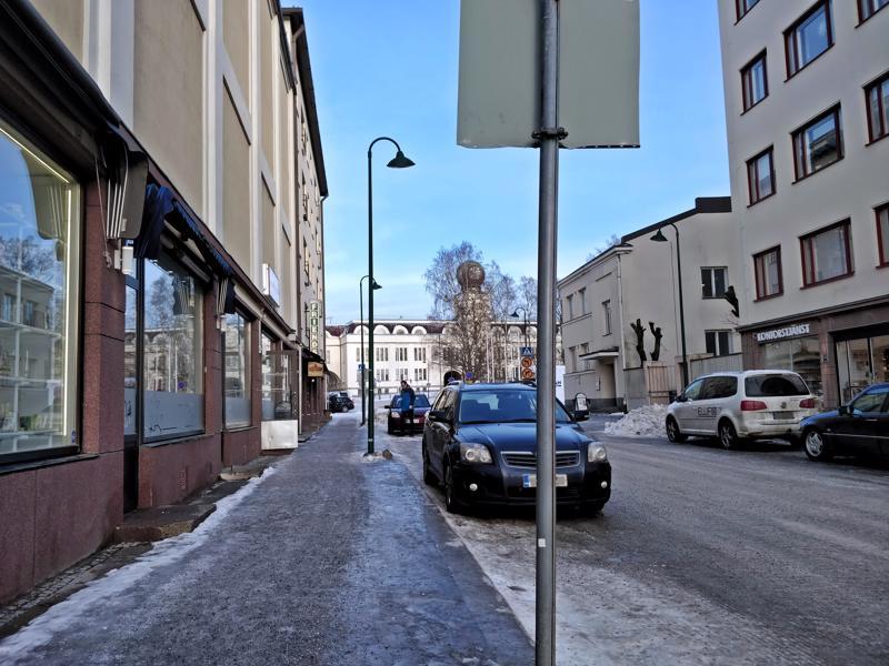 Alholminkadulla, Kirkkokadun ja Perämiehenkadun välisellä kadunpätkällä on pysäköintikielto, joka niin ikään tuppaa menemään autoilijoilta ohi.