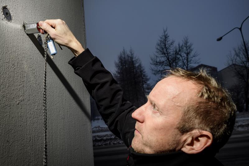 Keski-Pohjanmaan pelastuslaitoksen Antti Välimäki näyttää miten putkilukko avataan.