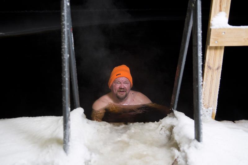 Pipo lämmittää ja suojaa päätä avannossa, Kauko Kurvinen näyttää. Kengätkin lisäävät mukavuutta, kun saunalta kävelee avantoon ja takaisin.