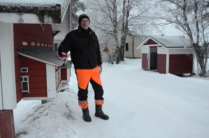 Seitsemän kotitalouden yhteinen jätekatos on sijoitettu Krannintiellä yhteisen postilaatikkorivin läheisyyteen.  Näin roskienviennin voi yhdistää helposti postinhakureissuun, Juha Hanhikoski kertoo.