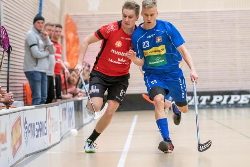 HiPan Mattias Borén ja koko joukkue pelasi surunauha hihassaan jo Nibacos-pelissä. Vieressä Nibacoksen Juho Karhula.