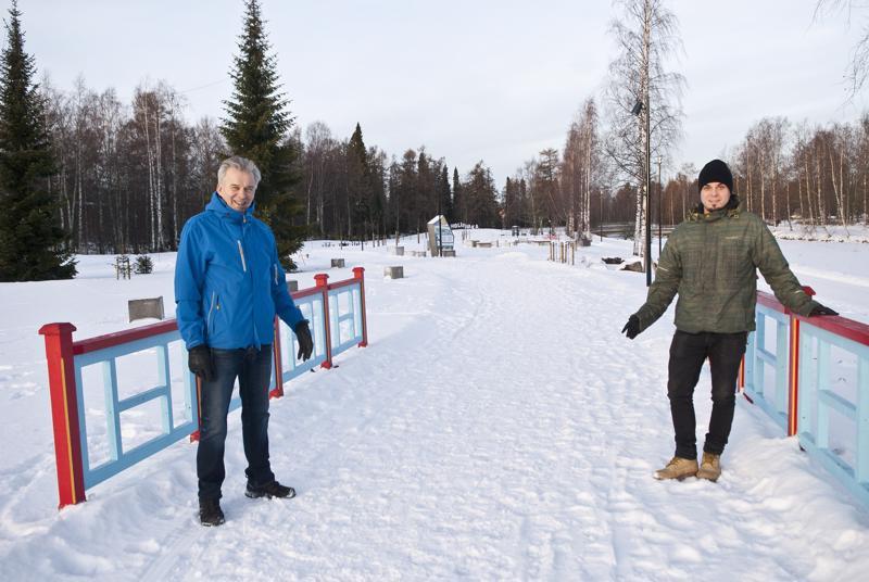 Työpäällikkö Terho Lindberg on tyytyväinen, kun puistoluistelurata saadaan jäädytettyä Brita Marian puistoon. Raimo Sillanpää on Lindbergin seuraaja, kun tämä jää eläkkeelle kesällä.