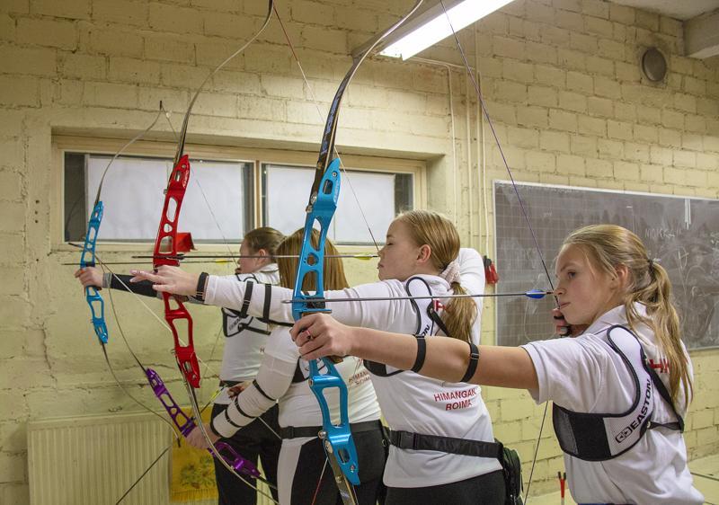 Riina Prittinen, Kristiina Korpi, Netta Kurikkala ja Johanna Rahkonen voivat treenata vanhan yläasteen kellarissa vaikka joka päivä.