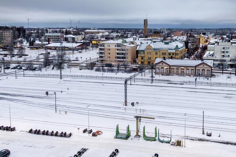 Kokkolan rautatieasema on jäänyt niin sanotusti loukkuun molemmin puolin kasvaneen kaupungin keskelle.