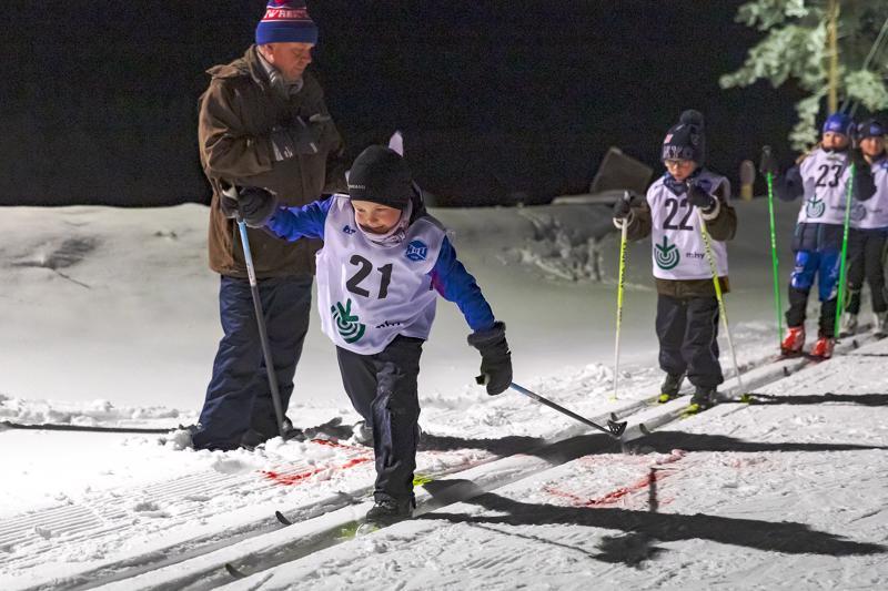 Talven ensimmäiset Sarjahiihdot kisattiin Aakonmajalla keskiviikkoiltana. HaU:n hiihtojaoston järjestämiä kilpailuja jatketaan joka toinen keskiviikko. Kuvassa matkaan lähdössä 8-vuotiaiden sarjassa kilpaileva Asla Anttila.