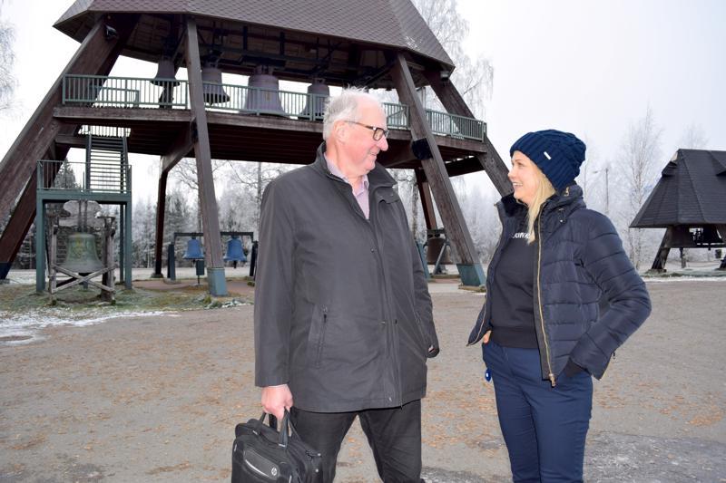 Pyhäjärven Kehitys Oy:n Risto Alaheikka ja Moskito Televisionin tuottaja Hanna Vuorinen kertoivat lokakuussa Pyhäjärvellä kuvattavasta televisiosarjasta.