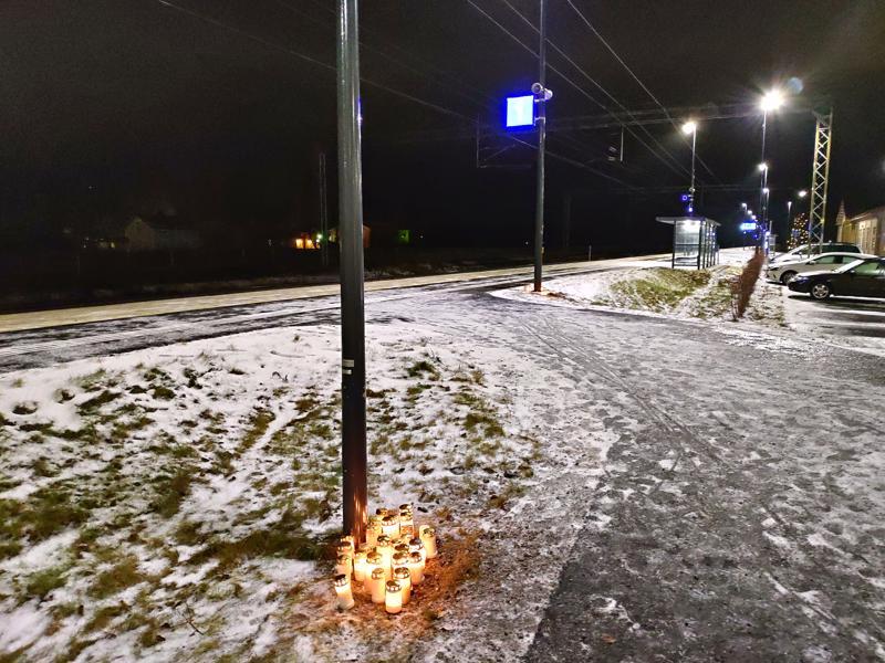Kannuksen rautatieasemalle oli tuotu kynttilöitä uhrin muistolle.