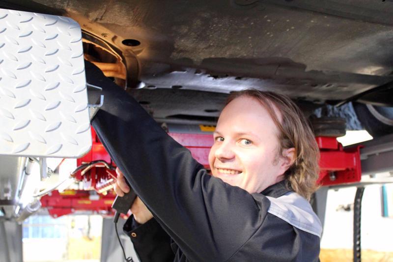 Pyhäjärvinen Janne Kinnunen hoitaa pääosin katsastukset Kärsämäen Autokatsastuksessa.
