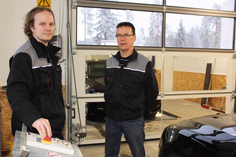 Kärsämäen Autokatsastuksen uudet tilat ovat ilmavat ja valoisat. Vasemmalla Janne Kinnunen ja oikealla Reijo Sinokki.