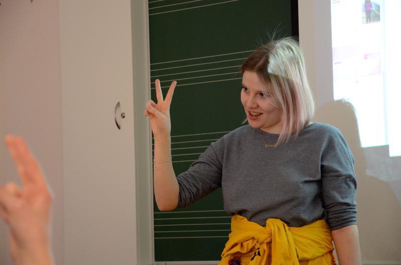 Viittomakielen ja puhevamman tulkkausta opiskeleva Keela Koivukoski kävi avo-päivässä oman esityksensä päätteeksi läpi sormiaakkoset. Tässä on vuorossa V-kirjain.