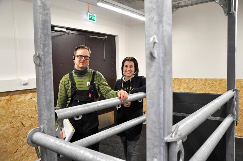 Eläinlääkäri Matti Tölli ja Juulia Lillinen hevostenhoitohuoneessa. Töllin mukaan hevosten pakkopilttuu vastaanotolla on tarpeen varsinkin nyt, kun hevosharrastus on nosteessa.