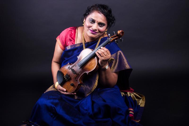 Jyotsna Srikanth soittaa viululla perinteistä intialaista musiikkia.