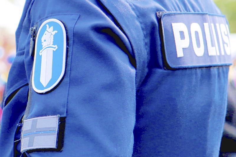 Sunnuntaita vastaisena yönä, likimain samaan aikaan, poliisi tavoitti kaksi nuorta miestä, jotka puhalsivat alkometriin yli sallitun lukeman.
