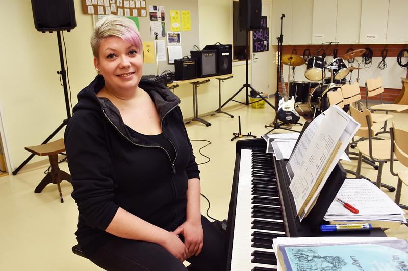 Emilia Manninen opettaa musiikkia nyt ensimmäistä kertaa peruskoululaisille ja lukiolaisille. - Pyrin siihen, että musiikintunneilla päästäisiin tekemään monenlaista, ja mahdollistamaan myös erilaisia esiintymisiä. Se, että täällä tykätään laulaa paljon, on osoitus rohkeudesta.