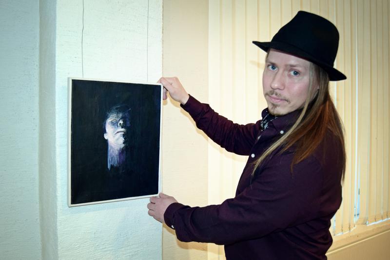 Aki Koskinen toi esille yhden ainoan työn.– Ajattelin, että se on sitä, mitä tällä hetkellä teen, taiteilija sanoo.