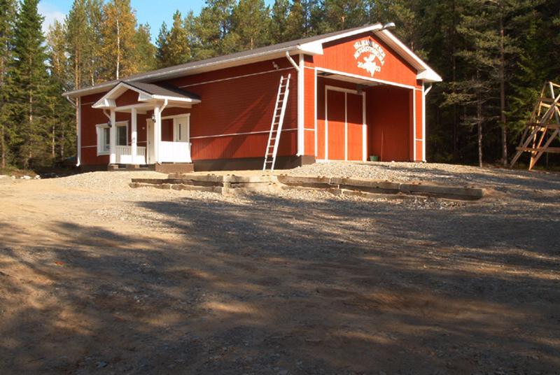 Metsästysmaja Sarvimäki kuvattuna kesälllä.