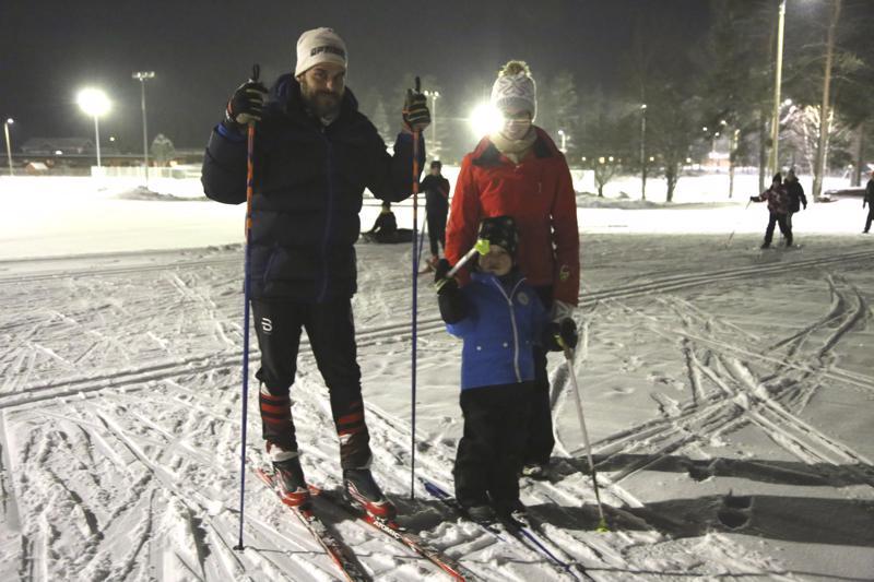 Henri ja Laura Lassila laittoivat Leevin (4) hiihtokouluun. Kyseessä oli Leevin ensimmäisiä hiihtokertoja.