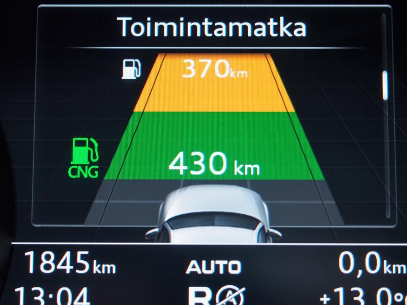 Audi A4 g-tron-kaasuauto on oikeastaan hybridi. Bio- tai maakaasulla voi ajaa 430 kilometriä, ja varalla oleva bensatankillinen riittää vielä melkein toiseen mokomaan.