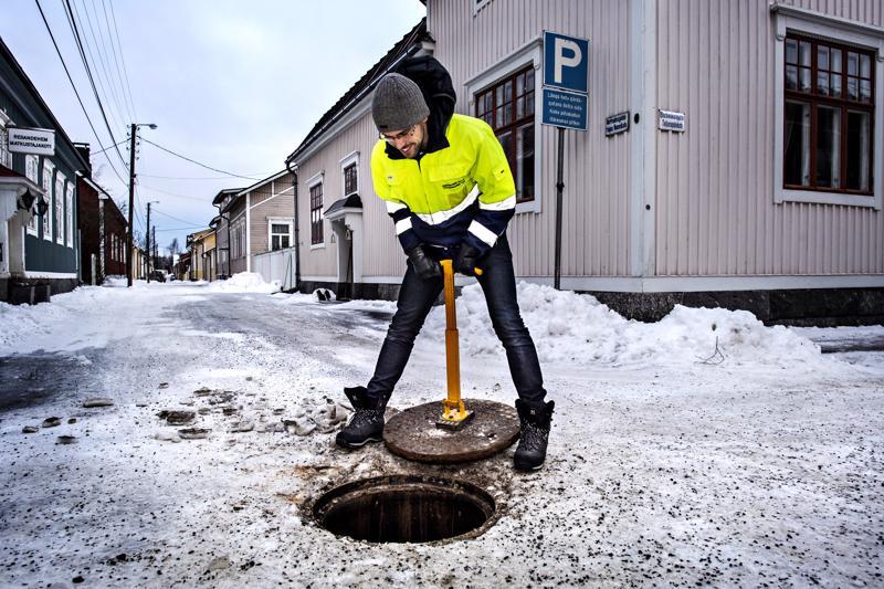 Verkostoinsinööri Jon Majors avaa viemärin kannen Taljasepänkadun ja Pohjoisnummikadun risteyksessä Skatassa.