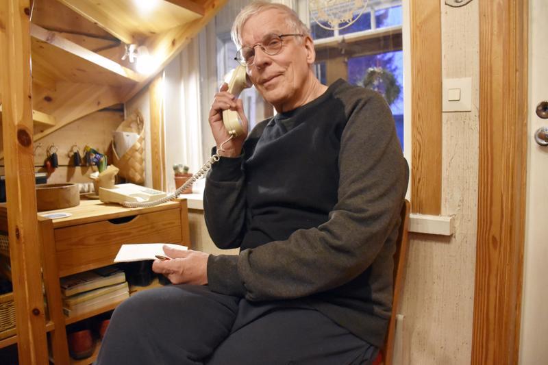 Jukka Aaltosella on kodissaan perinteinen puhelinnurkkaus. Lankapuhelimella ollaan yhteydessä anoppiin joka päivä.