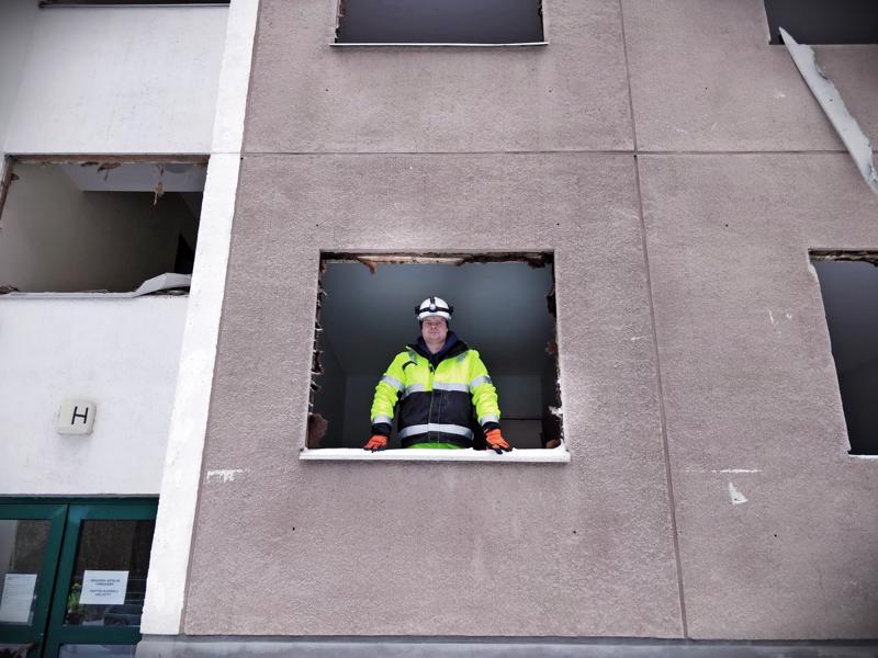 Työnjohtaja Andreas Sundqvist Sjöblomin Kaivin Oy:stä katsoo Maskenin ikkuna-aukosta. Kiinteistön purkua tehdään alkuvaiheessa käsityönä.