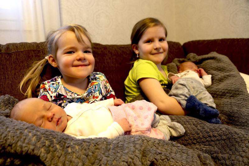 Helmin (vas.) sylissä tyttövauva ja Ellenin käsivarsilla poikavauva Vintturi. Kaksoset syntyivät Jonna ja Antti Vintturin perheeseen Perhonjokilaakson alueen vuoden 2019 ensimmäisinä vauvoina 1. tammikuuta.