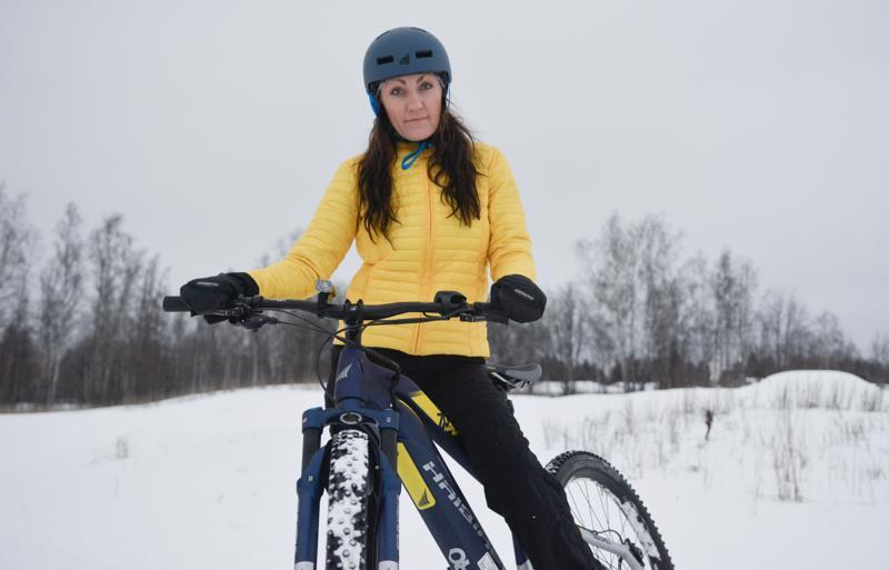 Miia Parviainen pyöräilee kesät talvet. Pakkanen on pukeutumiskysymys. Tuuli ja viima kertaantuvat pyöräillessä, joten hän pukee merinovillaa alle ja kerroksia päälle.