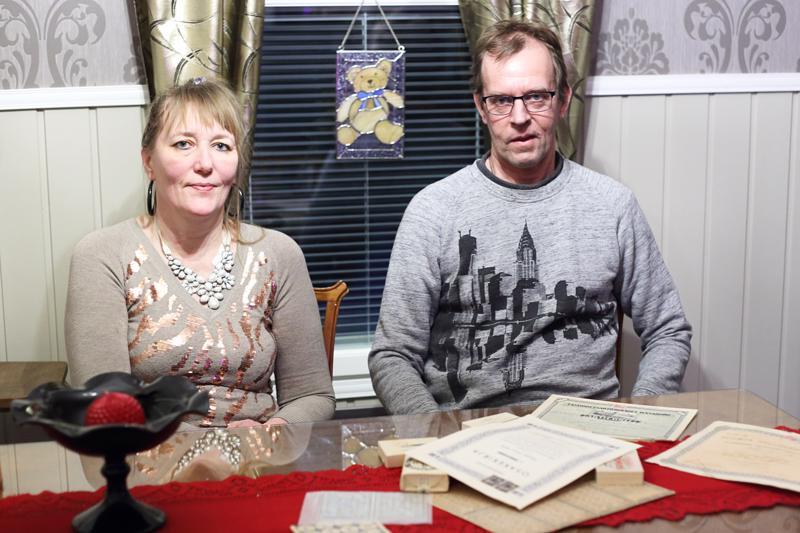 Ritva Heikkisen ja Timo Kamusen yhteinen harrastus ja sama maku ovat tehneet antiikilla sisustetusta kodista yhtenäisen kokonaisuuden. Timo on kerännyt myös vanhoja osakekirjoja ja häneltä löytyy myös sokeri-, leipä- ja viinakortti.