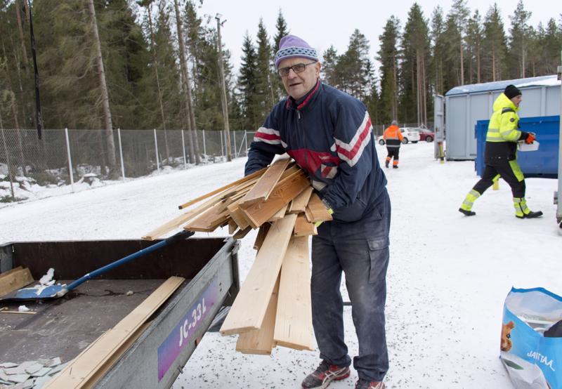 Antti Vehkoja toi uudelle hyötyjäteasemalle kylpyhuoneremontissa tulleita jätteitä.