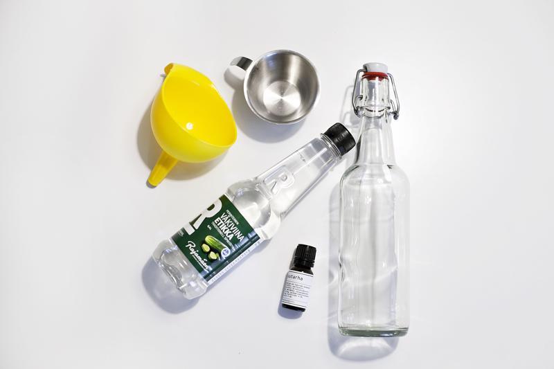 Pyykkietikan tekoon tarvitaan vain väkiviinaetikkaa, suppilo, pullo, desin mitta, vettä ja tuoksuöljyä.