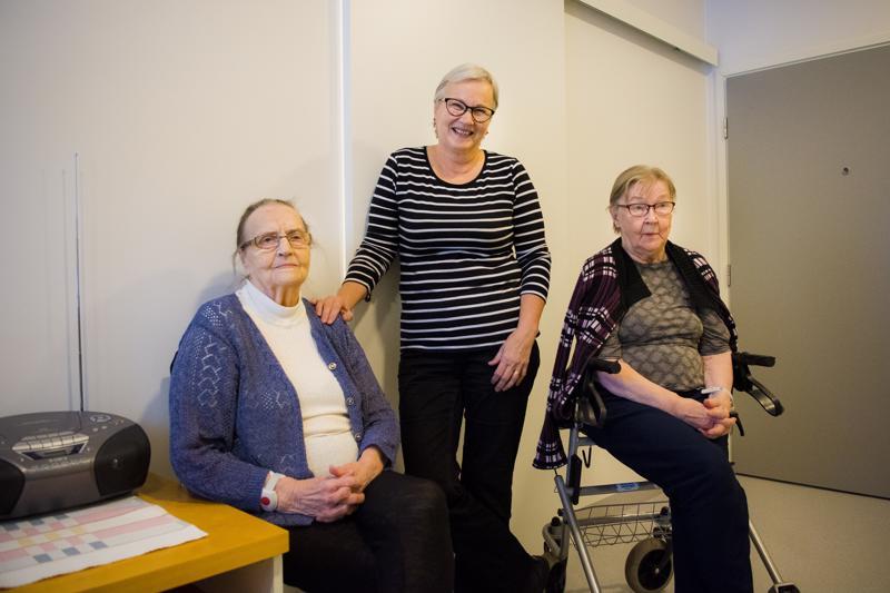 Maija Kangas (vas.), hänen tyttärensä Aini Nikula ja Emma Marjoniemi ovat jokainen tyytyväisiä uuteen palvelukotiin.
