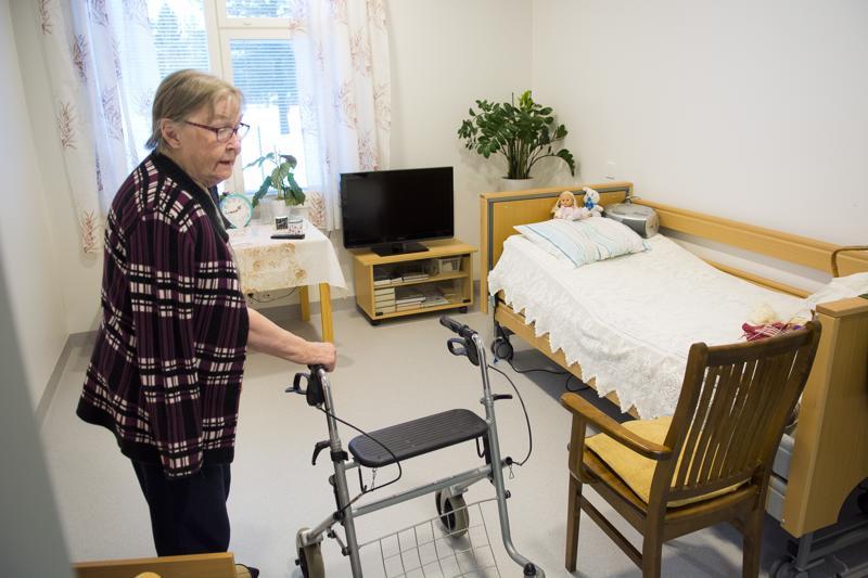Huoneensa kodikkaaksi sisustanut Emma Marjoniemi on erittäin innokas käsitöiden tekijä. 50 villasukkaparin jälkeen nyt työn alla ovat lapaset.