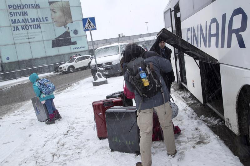 Helsingissä lumentulo jäi ennakoitua vähäisemmäksi. Finnair ennakoi torstain myräkkää perumalla 41 lentoaan.