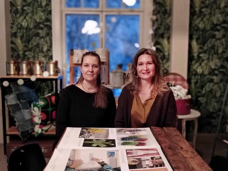 Terese Bast, kuvittaja ja graafinen suunnittelija, Balatakon johtava kuvataideopettaja Malin Simons ja näyttelyyn tulevaa materiaalia.