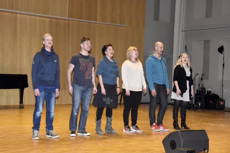 Lauluyhtye Rajaton treenasi ja veti workshopia Schauman-salissa keväällä 2016.