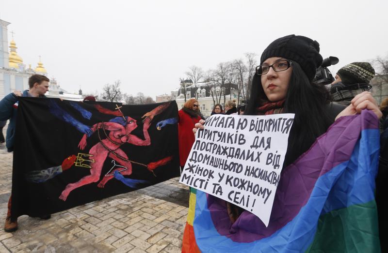 Mielenosoittajat vastustivat perheväkivaltaa Ukrainan Kiovassa viime vuoden naistenpäivänä.