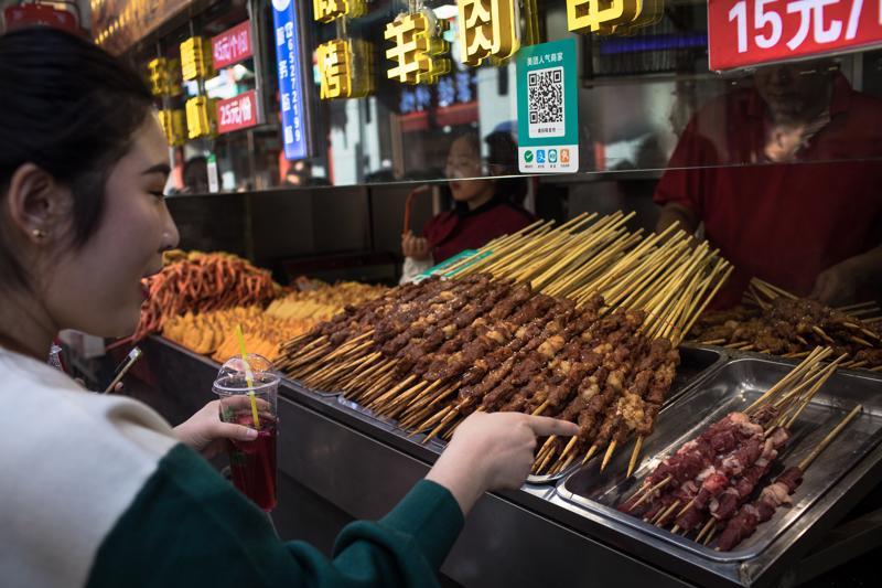 Tuoreen tutkimuksen mukaan punaisen lihan syöntiä tulisi tuntuvasti vähentää etenkin Euroopassa ja Pohjois-Amerikassa. Pekingissä asiakas valitsi lihavartaita.
