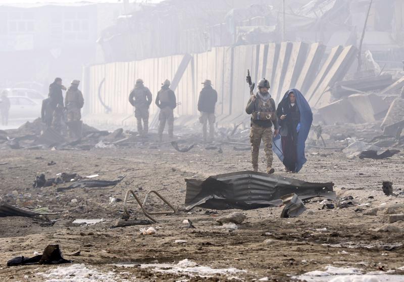 Afganistanin turvallisuusviranomaiset tutkivat tiistaina autopommin räjähdyspaikkaa Kabulissa. Räjähdyksessä kuoli ainakin kymmenen henkilöä ja 90 loukkaantui. Heidän joukossaan oli 23 lasta.