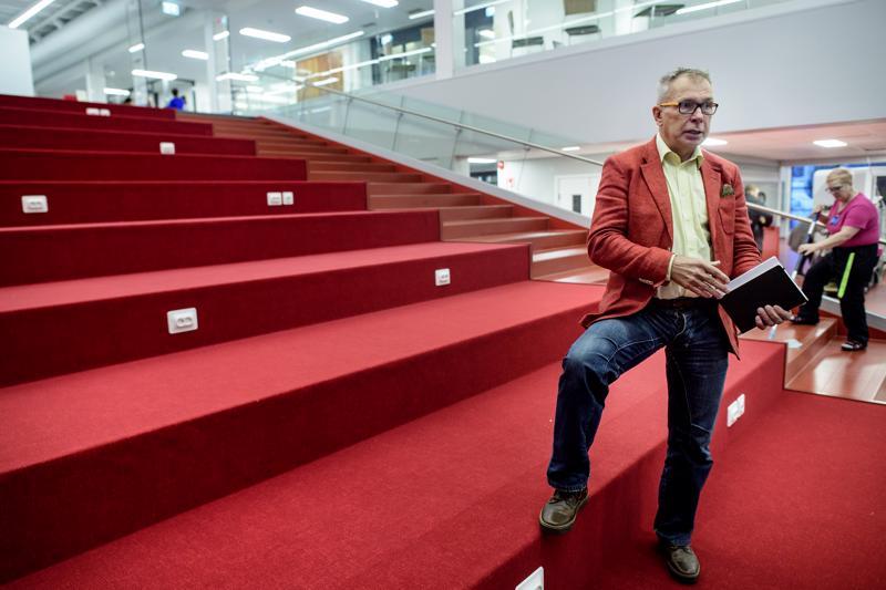 Kari Ristimäki koulurakennuksen aulan yhteydessä olevassa avoimessa luentotilassa.