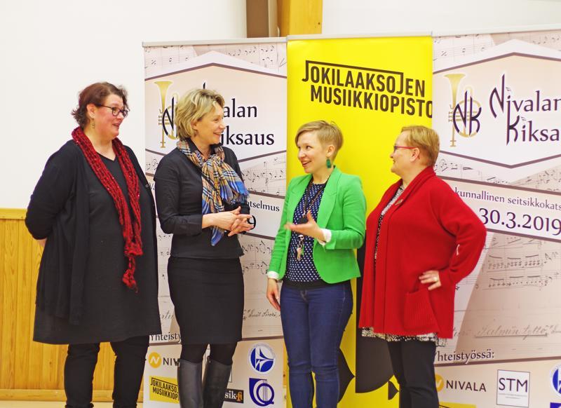 Kiksauksen tuottaja Mari Kaasinen-Annanperä, kaupunginjohtaja Päivi Karikumpu, kulttuurituottaja Heidi Kangaskokokko ja rehtori Heidi Veikkola ei niin vakavina.