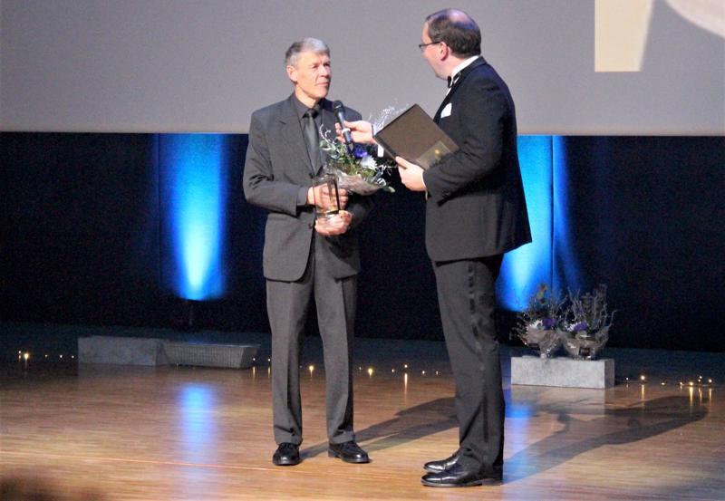 Vuoden seniori Sten Haglund vastaanottamassa palkintoa.