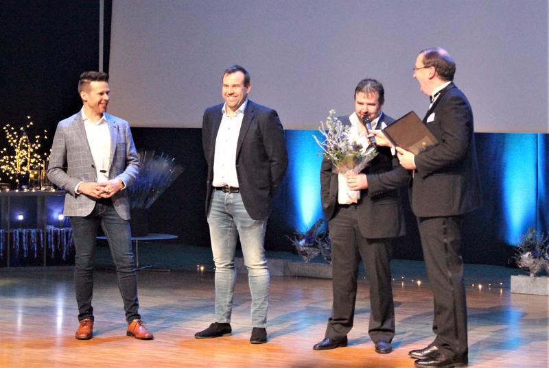 Vuoden seniorijoukkueeksi valittiin Ski Team Mäenpää. Palkintoa vastaanottamassa (vas.) Hans Mäenpää, Mats Mäenpää ja Kim Mäenpää.