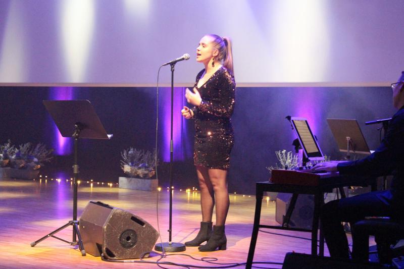 Tapahtumassa palkitsemisen ohella nähtiin muun muassa tanssi-ja lauluesityksiä. Kuvassa Elvira Nyrönen esittämässä kappaletta Rise up.